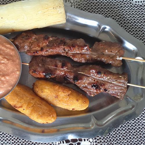 Brochettes de bœuf et galettes de manioc doux